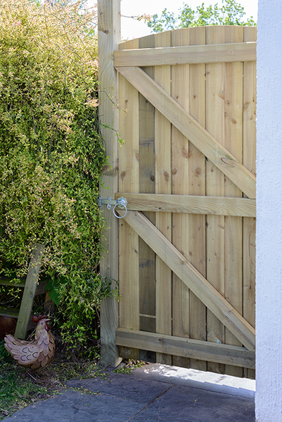 The Arched Featheredge gate is ideal for use in conjunction with all Grange Featheredge panels. The arched top gate is made from pressure-treated timber ensuring longevity in use.