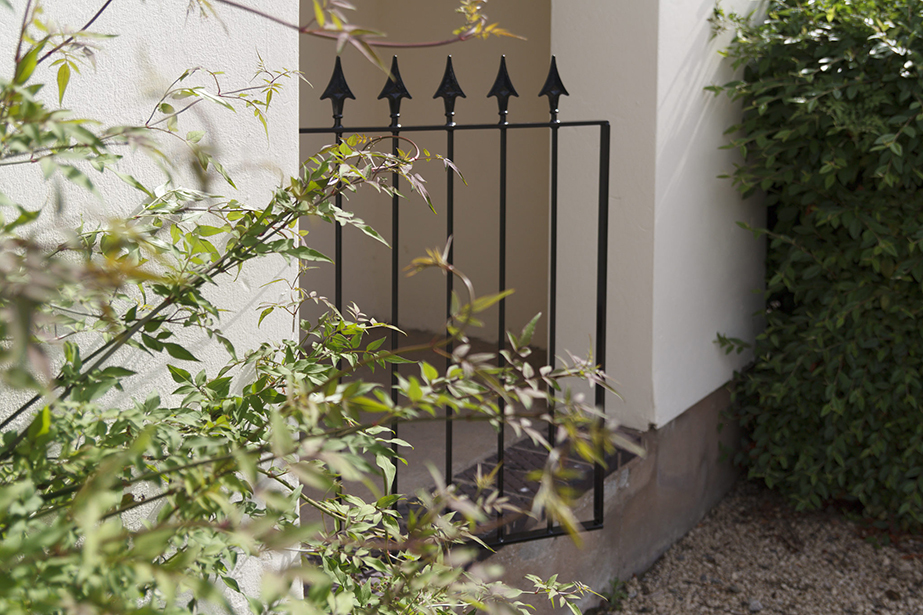 The Montford Range of gates, fencing and railings adds a classic touch to the exterior of your property with its arrow head design. All products in this range are galvanised and powder coated for improved corrosion resistance. Fixings are included.