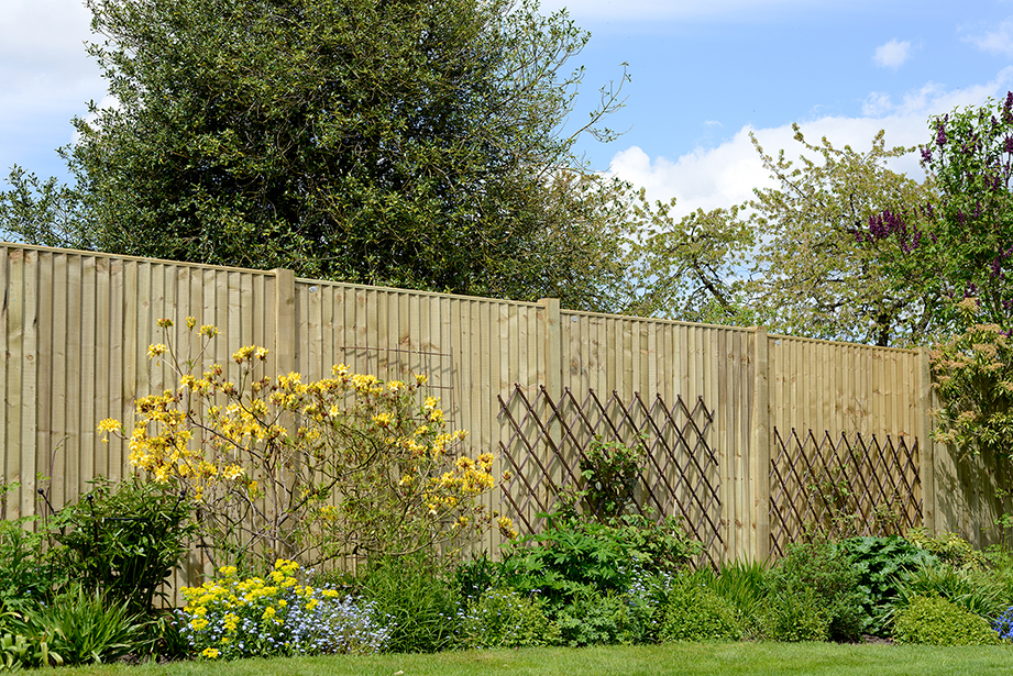 This panel is constructed using 100mm wide featheredge boards and a flat top edge combining a classic look with strength. Available pressure-treated in either pressure-treated green, pressure-treated golden brown or dark brown for protection against wood rot.